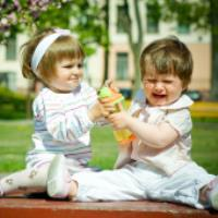 وقتي بچه ازهمسالانش کتک مي خورد چگونه بايد با او برخورد بکنيم؟