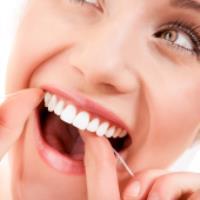 نحوه صحیح تمیز کردن دندان ها با نخ دندان