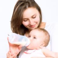 تفاوت مصرف شیر مادر و شیر خشک برای نوزادان چیست؟