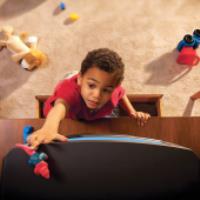 خطر افتادن وسایل خانه روی کودکان و نحوه پیشگیری