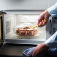 آیا گرم کردن غذا با مایکروویو غذا را ناسالم می کند؟